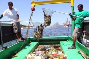 Ecobarco faz limpeza de lixo na Baía de Guanabara 03  092