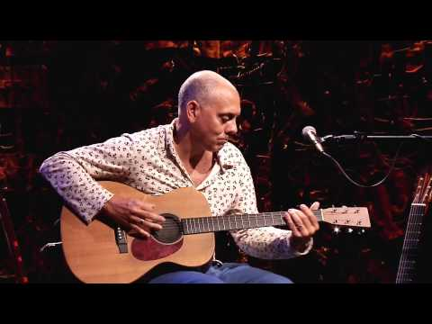 O músico Pedro Braga que toca 7 instrumentos de cordas