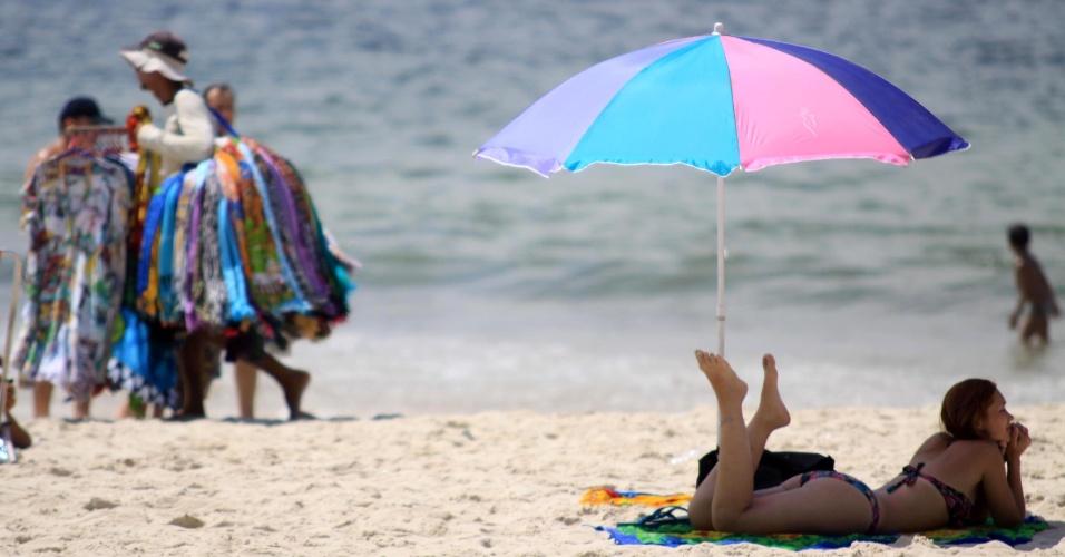 ambulantes-e-banhistas-frequentam-a-praia-de-ipanema-em-sexta-feira-de-calor-1332533381450_956x500
