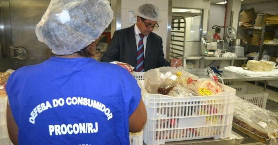 21fev2013---o-procon-rj-apreendeu-nesta-quinta-feira-21-grande-quantidade-de-alimentos-vencidos-na-cozinha-do-tradicional-hotel-cop(14)